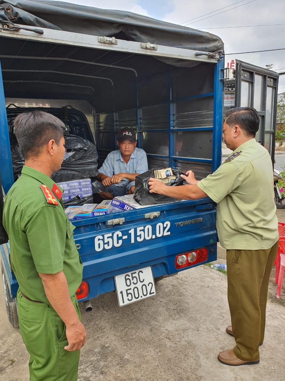 Hậu Giang: Kiểm tra, phát hiện phương tiện ô tô tải vận chuyển hơn 2.000 bao thuốc lá điếu nhập lậu.